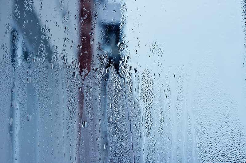 Umidade em excesso condensada na janela